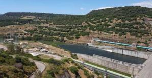 A diga Eleonora d'Arborea, un barrage sur le fleuve Tirso, d'une capacité de 330 millions de m3, situé dans la province d'Oristano.