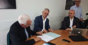 Signature de l'accord de coopération avec Paolo Giovanni Maninchedda, assesseur des travaux publics sardes, et Franciscu Sedda.