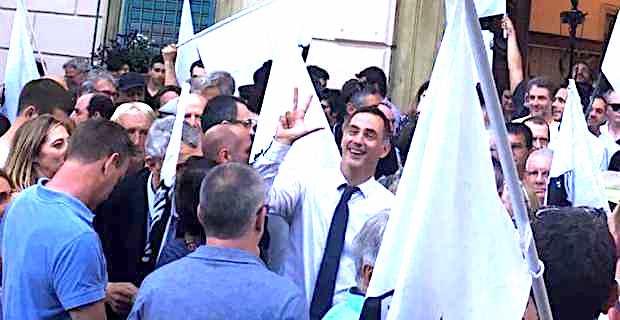 Gilles Simeoni, président du Conseil exécutif de la Collectivité territoriale de Corse (CTC), devant l'ancienne mairie de Bastia après l'élection des trois députés nationalistes.