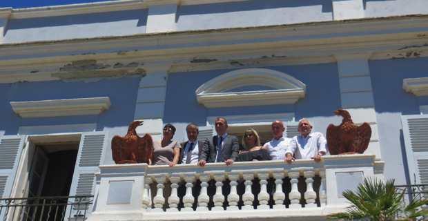 Les élus sur la terrasse du château Stopielle après la signature de la convention d'acquisition.