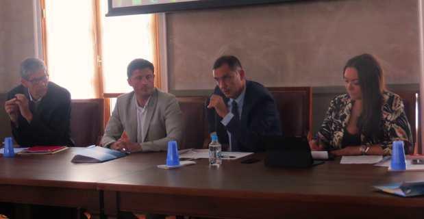 Le président de l'Exécutif, Gilles Simeoni, entouré de Valery Sawocik, chargé de développement à l'aéroport Nice-Côte d'Azur, de Jean-Félix Acquaviva, président de l'OTC, et de son successeur, Vanina Borromei, qui prendra ses fonctions fin juillet.