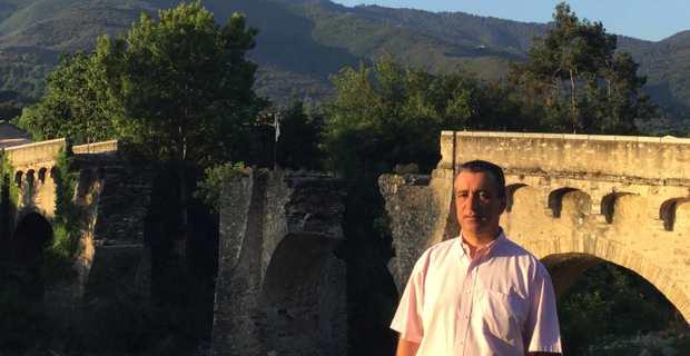 Antoine Orsini, maire de Castellu di Rustinu, devant le pont historique de la bataille de Ponte Novu.