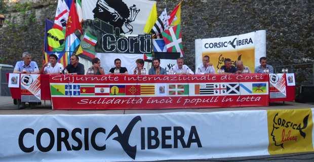 """A la tribune pour le débat """"Guvernu corsu, custruimu a Nazione"""", autour de Jean-Guy Talamoni, président de l'assemblée de Corse, le Conseil exécutif de la Collectivité territoriale de Corse et son président Gilles Simeoni, ainsi que les trois députés nationalistes."""