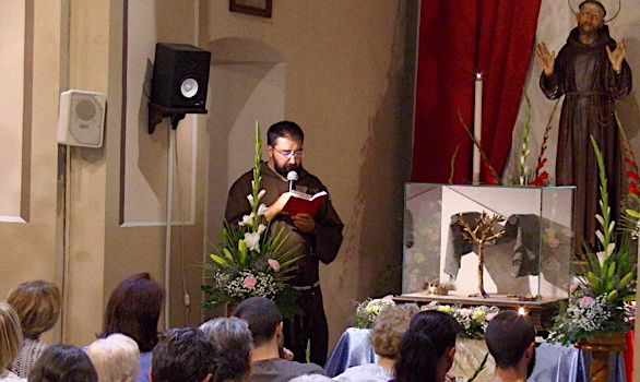 Prières et recueillement au couvent St Antoine devant la relique du manteau de St François