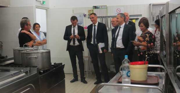 Les présidents du Conseil exécutif, le président de l'Assemblée de Corse et le Conseil exécutif, dans la cantine du collège de Luri.