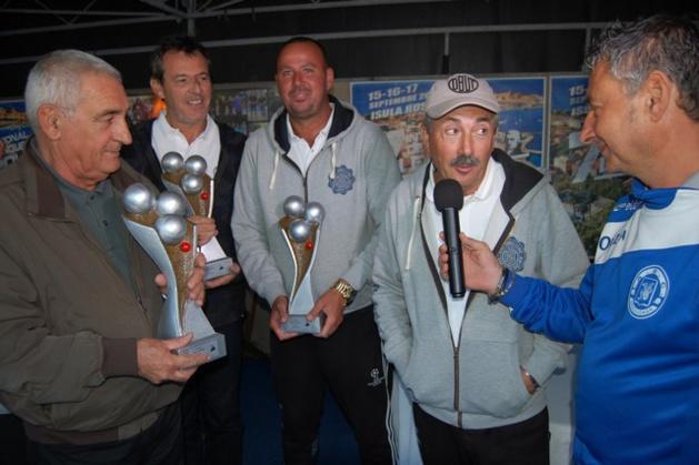Le trophée remis par le Maire à l'équipe Fazzino ( Photos Jacques Quilichini)