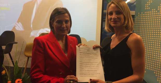 Antonia Luciani remet en main propre, à Carme Forcadell, la motion adoptée par l'Assemblée de Corse.