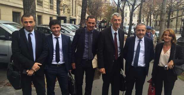 Le président du Conseil Exécutif de la Collectivité territoriale de Corse (CTC), Gilles Simeoni, à la sortie de la réunion, entourés des députés nationalistes corses et du président de l'Assemblée de Corse.