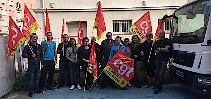 Ici, les employés en grève de la pose de Lisula Rossa, bloquant ce matin le camion du centre de tri de Bastia