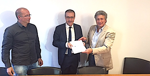 Henri Franceschi (à droite), président du Conseil économique et social de la Corse et Jean-Pierre Luciani ont remis le rapport du CESC sur le système éducatif au président de l'assemblée de Corse