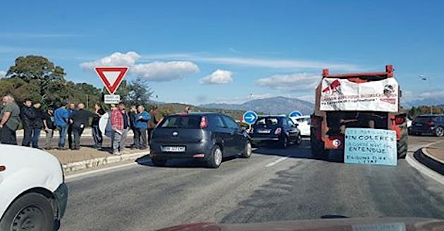 Blocage du rond-poind de Campo dell'Oro par les agriculteurs en colère.