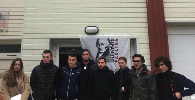 Les militants d'A Ghjuventù Paolina bloquant l'entrée de l'entrée de la Casa Studientina à l'Università di Corsica.