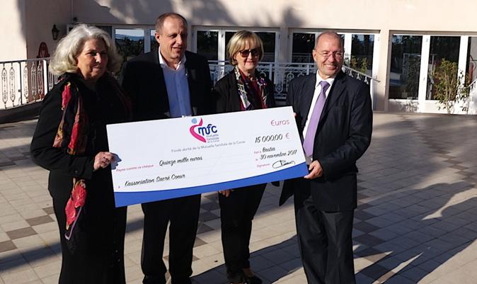 Les dirigeants de la Mutuelle familiale de la Corse ont remis un chèque de 15 000 € à Josette Fanucchi, président de l'association La maison du Sacré Cœur