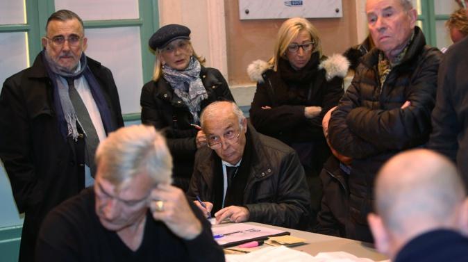 Paul-Antoine Luciani (à gauche) lors du dépouillement à la mairie d'Ajaccio…