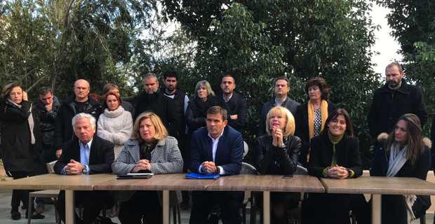 Jean-Martin Mondoloni, tête de liste d'« A Strada per l'Avvene », entouré de ses colistiers.
