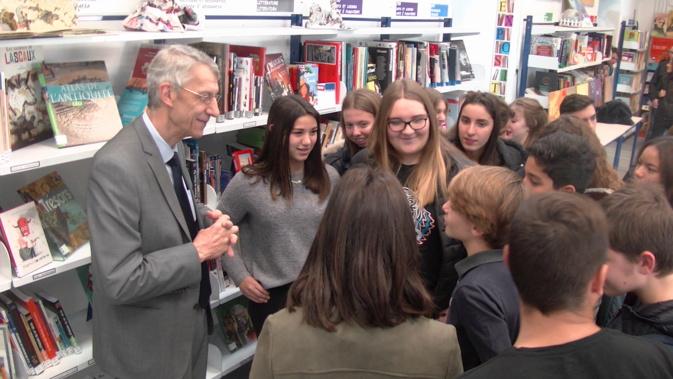Michel Castellani explique le travail de député aux élèves du collège Simon-Vinciguerra