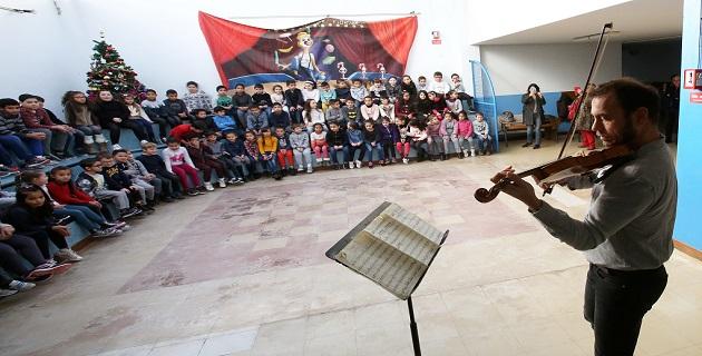 Bertrand Cervera en concert à l'école primaire des jardins de l'Empereur