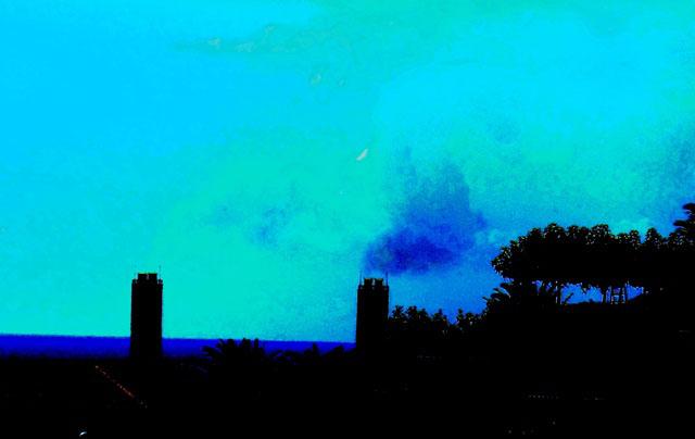 Les mêmes cheminées, la nuit venue....