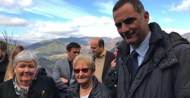 Jacqueline Gourault avec la mairesse de Chiatra, Pancrace Maurizi, et le président de l'Exécutif de Corse, Gilles Simeoni, sur la place du village de Chiatra, traversé par les flammes le 3 janvier dernier.