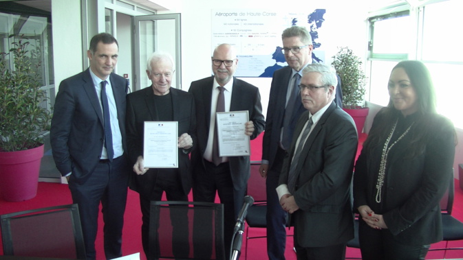 Gilles Simeoni (Président du Conseil Exécutif), Yves Tatibouet (Directeur de la sécurité de l'aviation civile Sud-Est), Jean Dominici (Président de la CCI2B), Gérard Gavory (Préfet de la Haute-Corse)  et  Vanina Boromei (Présidente de l'Office des Transports) ont présenté les certificats européens de sécurité aéroportuaires.