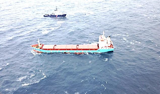 Le cargo à la dérive et le remorqueur de haute mer, l'Abeille Flandre (Copyright Marine Nationale