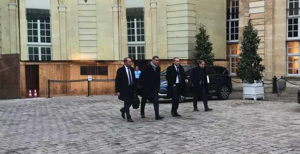 Le président de l'Exécutif corse, Gilles Simeoni, et le président de l'Assemblée de Corse, Jean-Guy Talamoni, et leurs chefs de cabinet, dans la cour de Matignon.