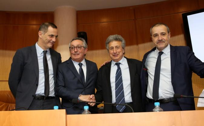 Entre Gilles Simeoni et Jean-Guy Talamoni, Paul Scaglia (2e à gauche) serre la main de son prédecesseur Henri Franceschi à la tête du Conseil économique, social, environnemental et culturel  de Corse.