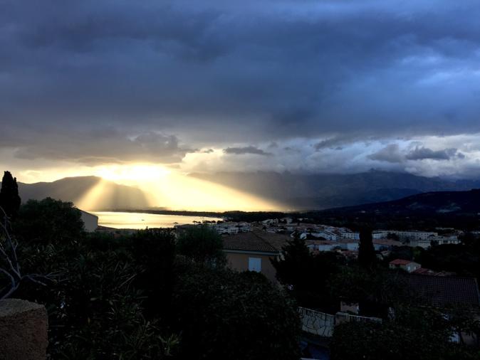 La photo du jour :  Le Soleil perce les nuages au-dessus de la baie de Calvi