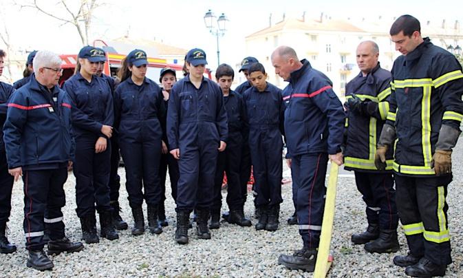 La lutte contre l'incendie démontrée aux cadets de la Sécurité civile à Corte