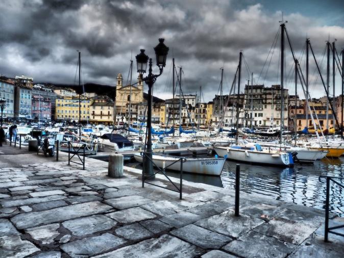 La photo du jour : Quai des brumes sur le Vieux-Port de Bastia…