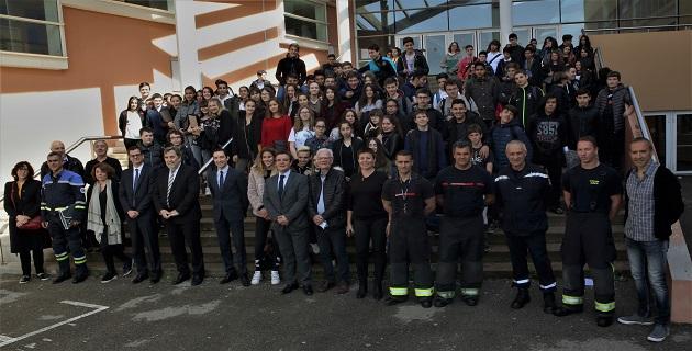 Les officiels, l'équipe pédagogique et les intervenants avec toutes les classes de 6ème ayant participés à la Journée Sécurité du collège Arthur Giovonni.