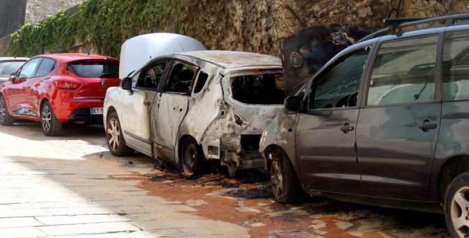 Les deux véhicules brulés rue Chanoine Letteron