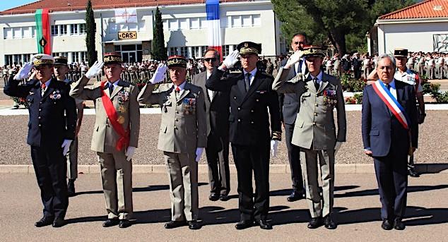 Les honneurs sont rendus au drapeau par les autorités civiles et militaires