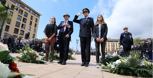Herbert Biggs devant le monument aux mort place du Diamant Photo MJT
