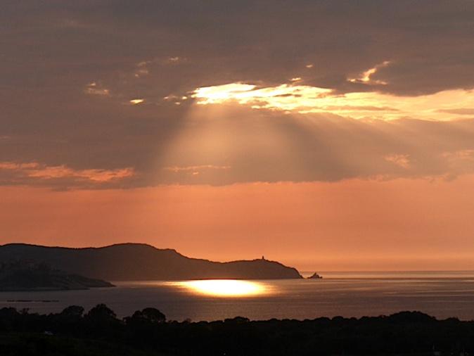 La photo du jour : Quand le Soleil perce les nuages au-dessus de La Revellata