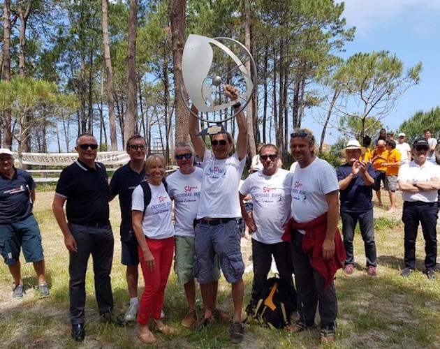 Le trophée levé par Dominique Wavre et son équipage