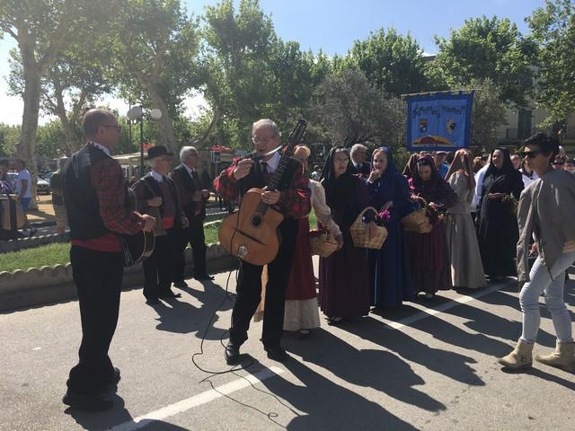 Défilé dans les rues de L'Ile-Rousse  en ouverture de Coralisula
