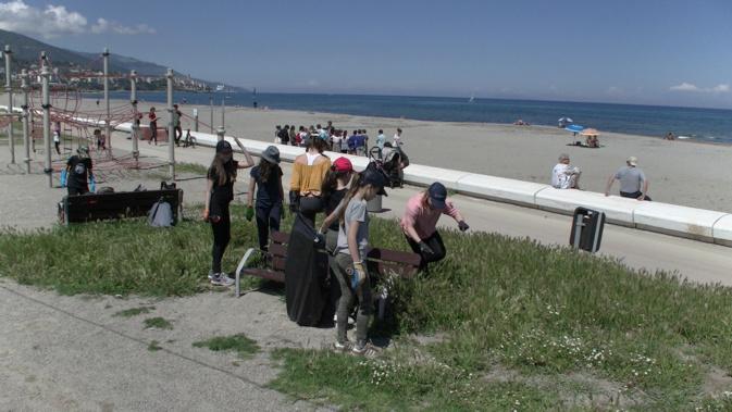 Quand les élèves du collège Simon-Vinciguerra nettoient la plage de l'Arinella à Bastia