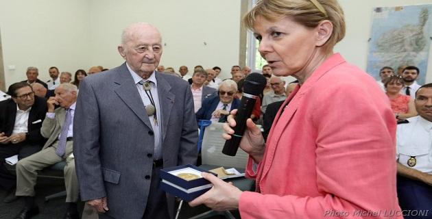 remise de la médaille d'or de l'ONACVG par Mme la préfète à M. Charles Grisoni,