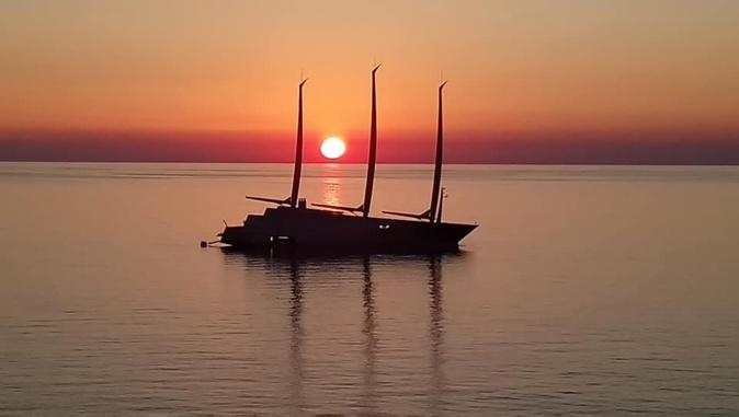 """La photo du jour : Le """"Sailing Yacht"""" sur une mer d'huile"""