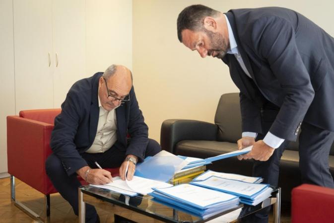 Franco Farsetti, président de Tele Paese signant le contrat le liant au réseau Vià