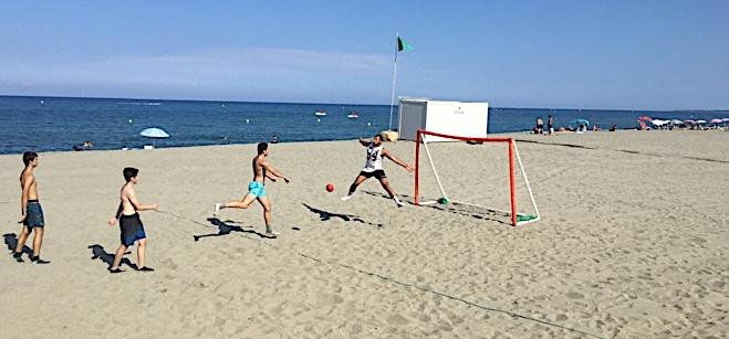 Durant tout l'été, le BHB organise des séances de sandball plage de l'Arinella