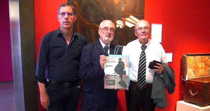 Pierre Savelli, maire de Bastia, et Philippe Peretti, adjoint délégué à la culture, ont offert le catalogue de la nouvelle exposition temporaire à l'historien Carlo Bitossi