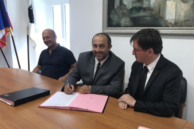 De gauche à droite : Antoine Poli (président de la communauté des communes), Benoît Bruzi (maire de Vescovato) et Daniel Guerin (directeur général de l'INRAP).