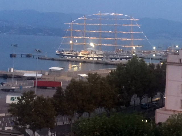 Sur les eaux calmes du port d'Ajaccio, le Star Clipper...