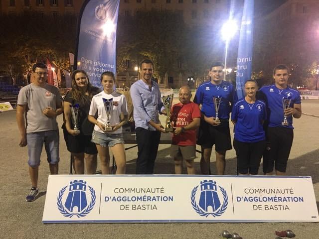 Remise du trophée de la CAB aux vainqueurs du concours « famille » par le Vice-Président de la CAB Julien Morganti et le Président de la Boule du Prado Jean-Charles Lamperti.