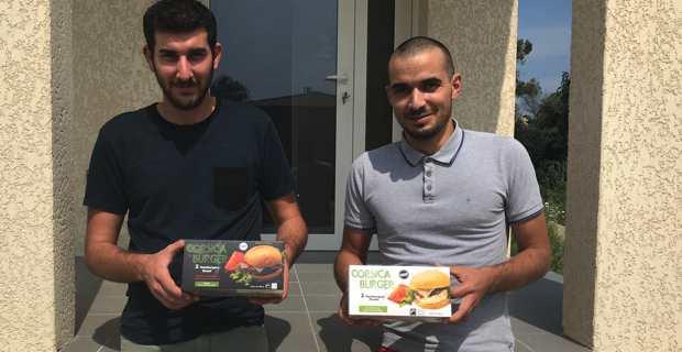Joseph et Victor devant leur atelier à Talasani.