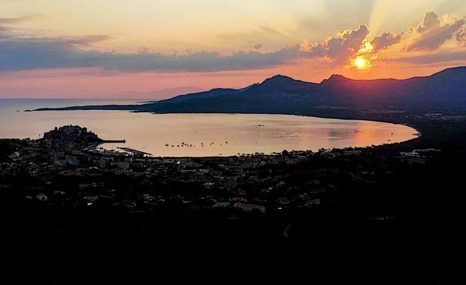 La photo du jour : Lever de soleil sur Calvi
