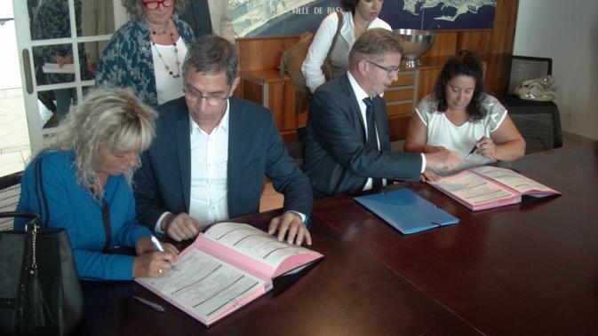 """Gérard Gavory, préfet de la Haute-Corse (à droite) et Pierre Savelli, maire de Bastia (à gauche), ont enregistré deux  nouveaux contrats PEC,  """"Parcours Emploi Compétences"""""""