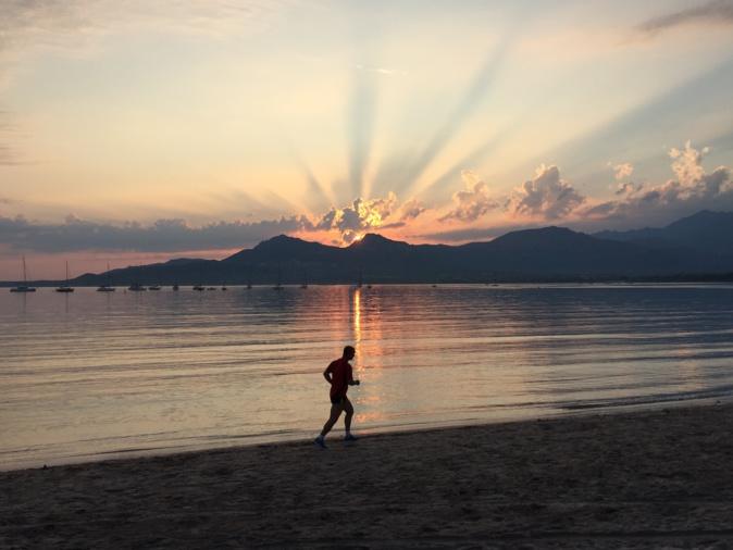 La photo du jour : Premiers rayons de Soleil sur la baie de Calvi